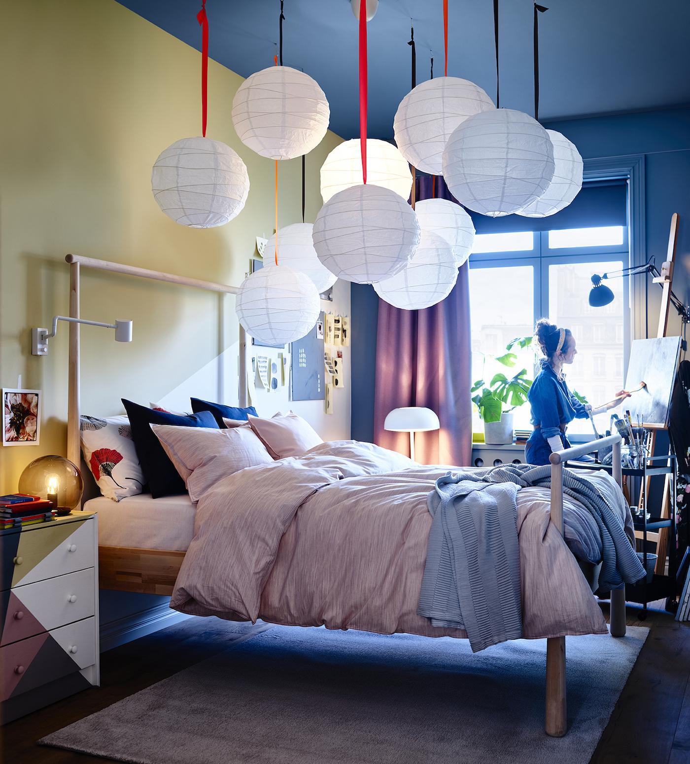 Nuevo catálogo IKEA 2020 dormitorios. Dormitorio con cómoda pintada