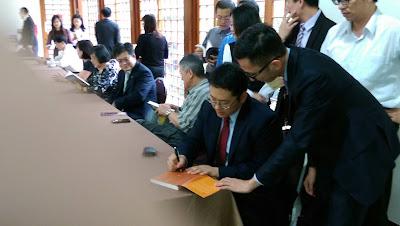 楊書健為《投資房託全手冊》舉行簽書會