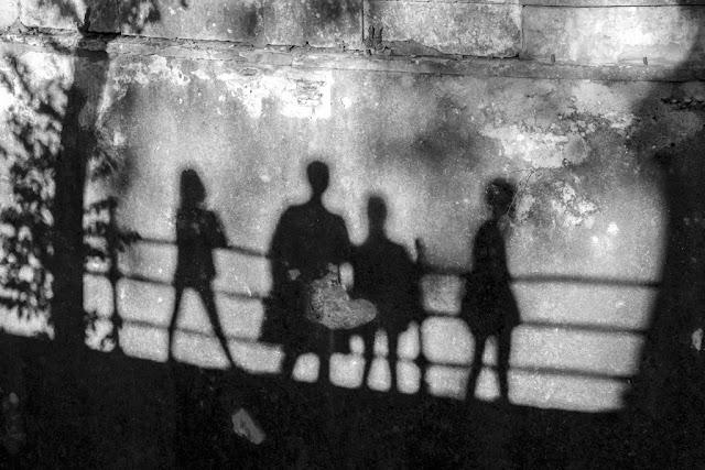 'A la sombra de mi familia' por Carlos Larios