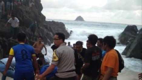 Dua Wisatawan Asing Tewas Terseret Ombak Pantai Selatan Lombok