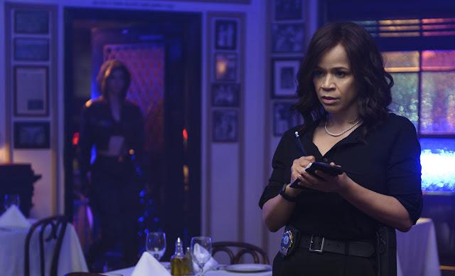 Renée Montoya (Rosie Perez) investiga crimes