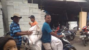 Warga Kecamatan Kaliwedi Rela Antri Untuk Dapatkan Pupuk Bersubsidi