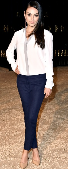 Foto de Mila Kunis posando parada