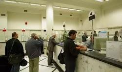 Κλείνουν σταδιακά οι τράπεζες τα γκισέ για τους πελάτες λιανικής. Και πολύ σύντομα τα ταμεία θα εξυπηρετούν κατά βάση τους εταιρικούς πελάτε...