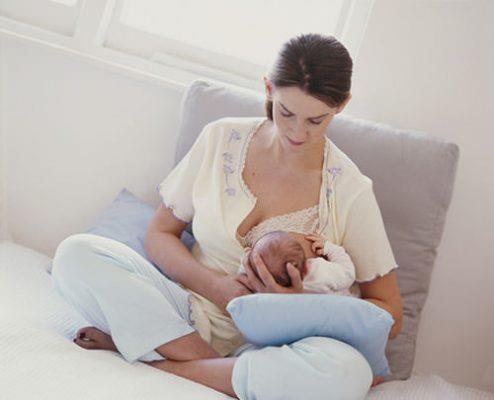 Tại sao người mẹ không nên nằm nhiều sau khi sinh con?