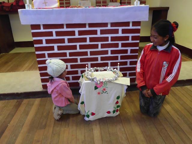Diese Kinder haben zusammen mit ihrer Mutter haben den Adventskranz gebastelt. Das Ummanteln des Drahtes mit Silberpapier war etwas Neues. Im Gottesdienst bekamen sie viel Beifall dafür.