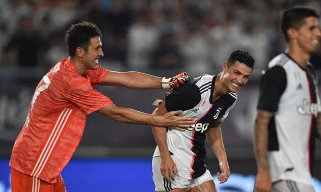 Gianluigi Buffon và Cristiano Ronaldo trong màu áo Juventus.