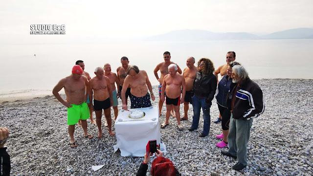 Την Πρωτοχρονιάτικη πίτα τους έκοψαν οι Χειμερινοί κολυμβητές στο Ναύπλιο (βίντεο)
