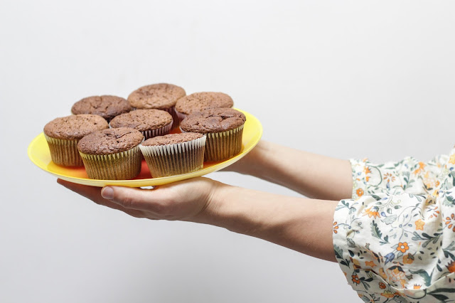 muffinki na talerzu podane przez kochającą osobę