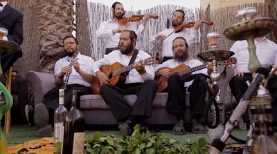 El cantante y músico Mordejai Gottlieb junto a sus amigos lanzaron una canción y un Videoclip. Especialmente para Rosh Hashaná llamado Zochreinu Lechayim. El clip fue filmado en su patio Jerusalén.