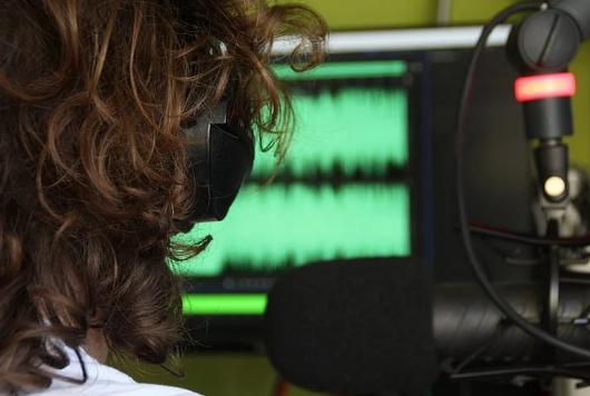 ضعف ميزانية المسلسلات الإذاعية يرمي فنانين مسرحيين إلى البطالة