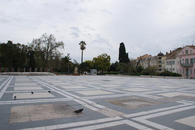 Piazza fuori dalla parte vecchia della città