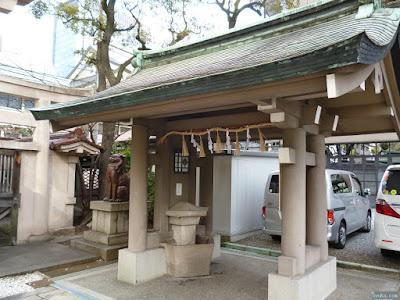 坐摩神社の手水舎と狛犬
