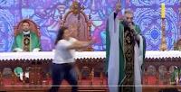 Γυναίκα πέταξε παπά εκτός σκηνής στην Βραζιλία! ΒΙΝΤΕΟ που σαρώνει!