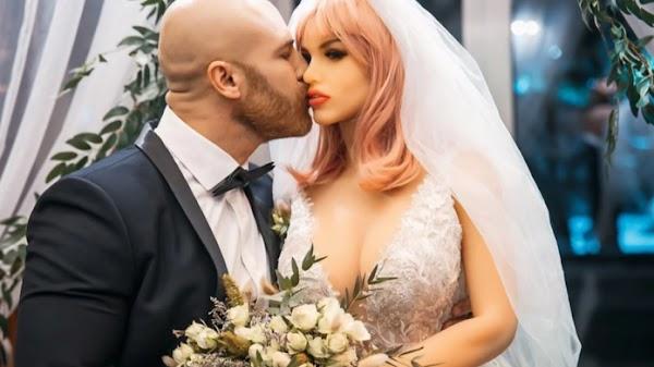 """Hombre que se casó con una muñeca inflable no celebró Navidad porque su """"esposa"""" se rompió"""