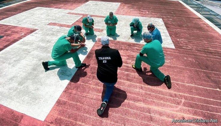 Enfermeros orando en techo de hospital