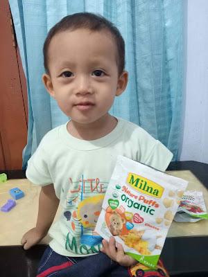 anak makan milna nature puffs organic