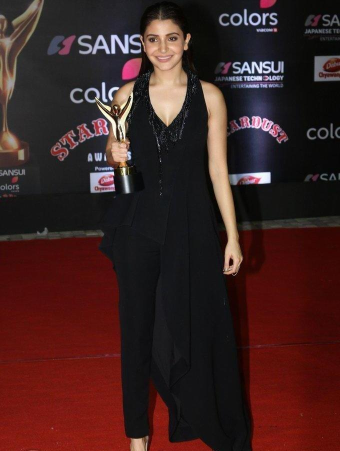 Anushka Sharma At Red Carpet Sansui Colors Stardust Awards In Black Dress