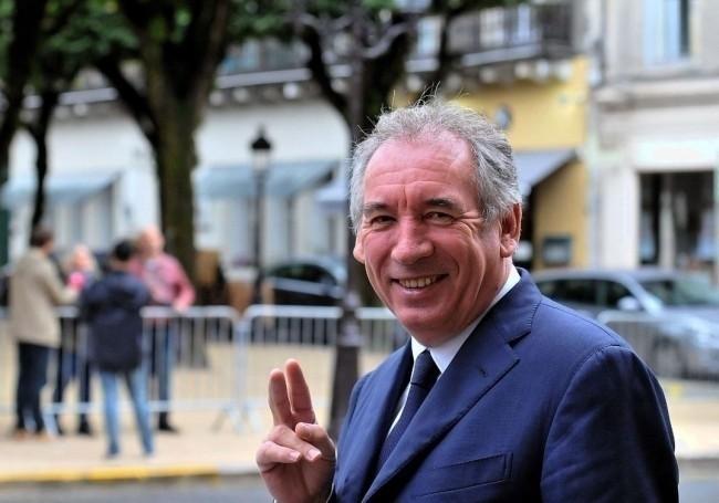 VIDÉO : François Bayrou épinglé pour non port du masque dans une salle remplie