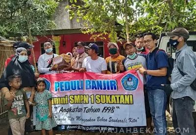 Alumni SMPN 1 Sukatani 98' Baksos Banjir di Cabang Bungin