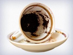 Xícara de café com a borra deixada para a leitura
