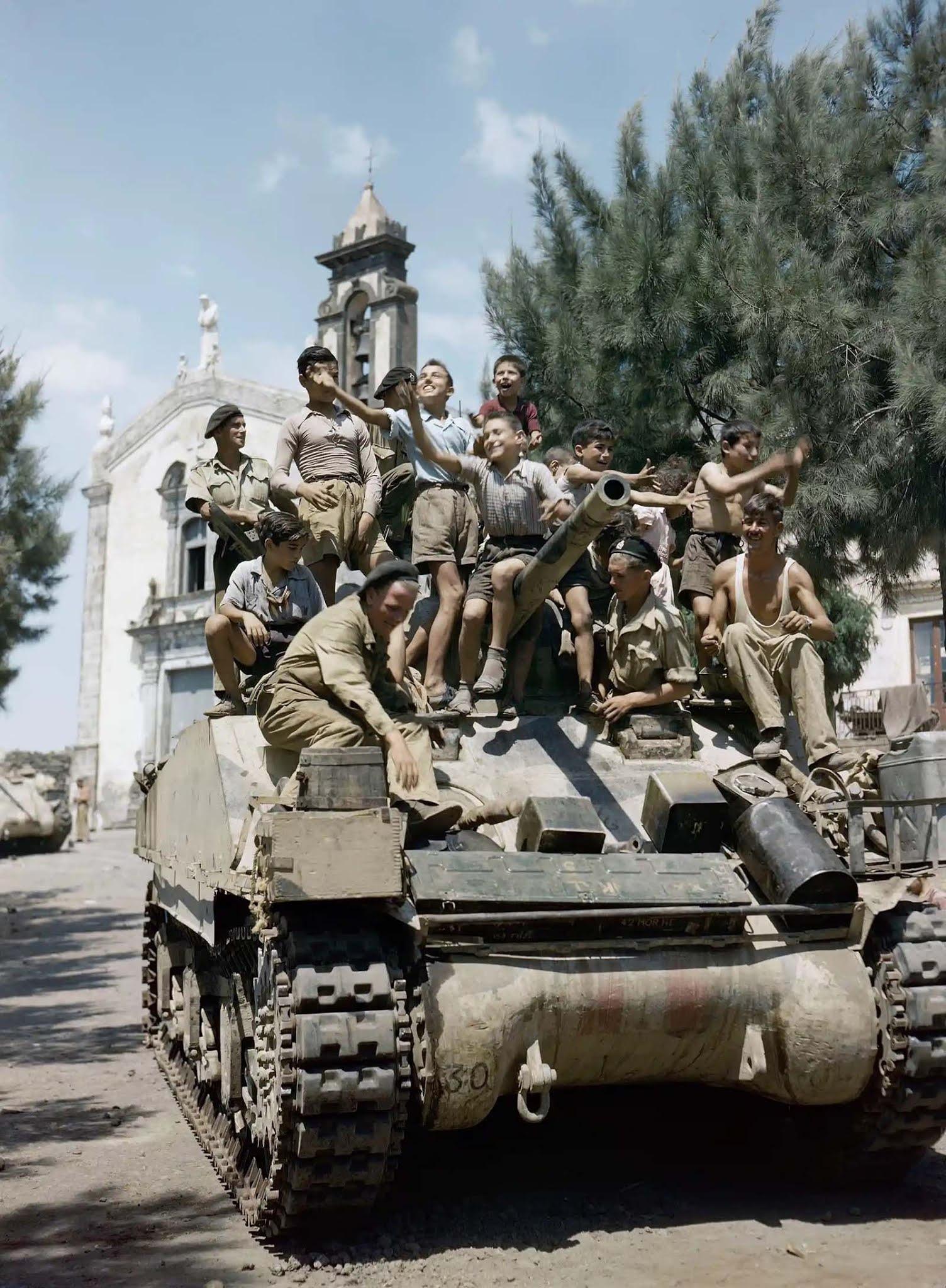 Gyermekek a szicíliai londoni Yeomanry 3. megyei Sherman harckocsijának fedélzetén, 1943. augusztus.