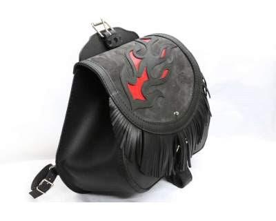 5bea99ada9 Ecco un'idea per una borsa in cuoio a bisaccia (singola): invece della  solita all-black, nera e liscia con le fibbie, una bellissima in pelle nera  con ...