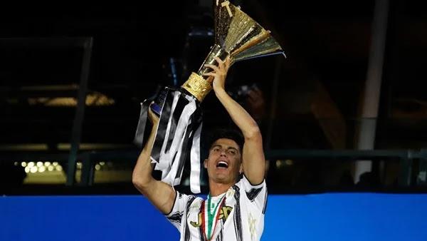 كريستيانو رونالدو يرفع كأس الدورى