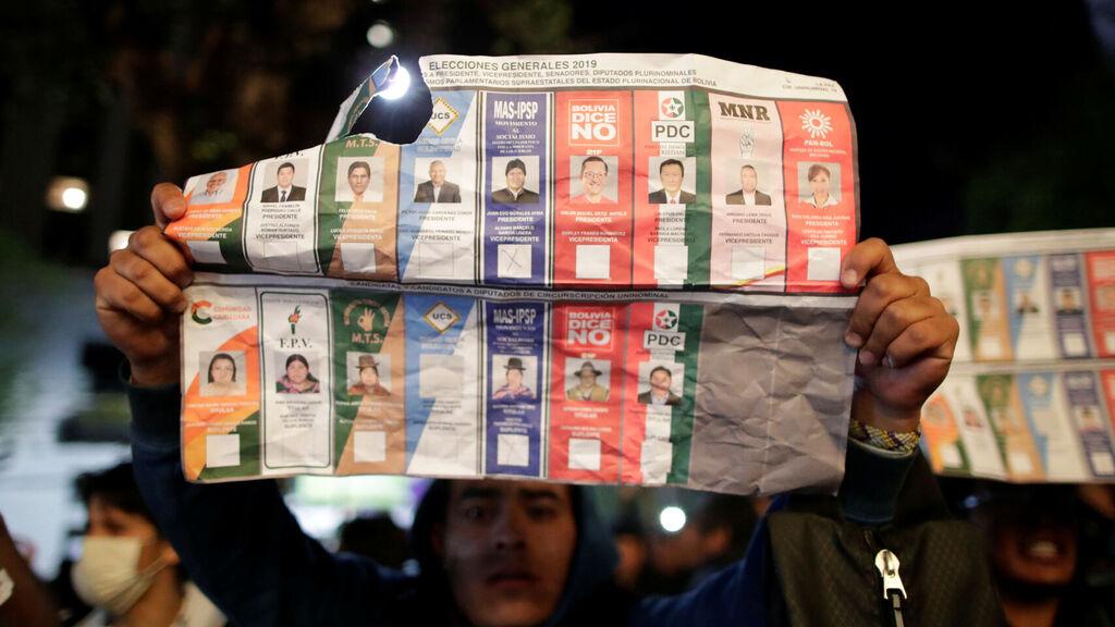 Papeletas marcadas, actas en casas particulares y demás irregularidades se evidenciaron en octubre de 2019 / ARCHIVO REUTERS