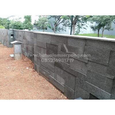 Pemasangan andesit kombinasi pada dinding pagar