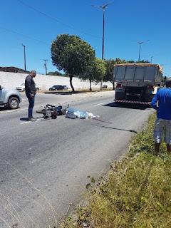 Motociclista tem cabeça esmagada por caçamba em acidente na Paraíba