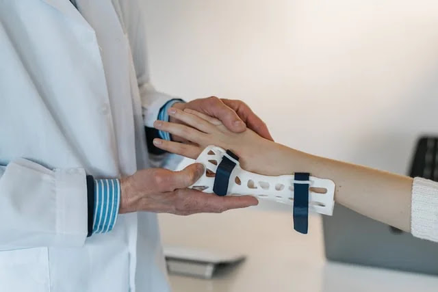 aprende ingles medicina ferula escayola de plastico 3d brazo muñeca fijar