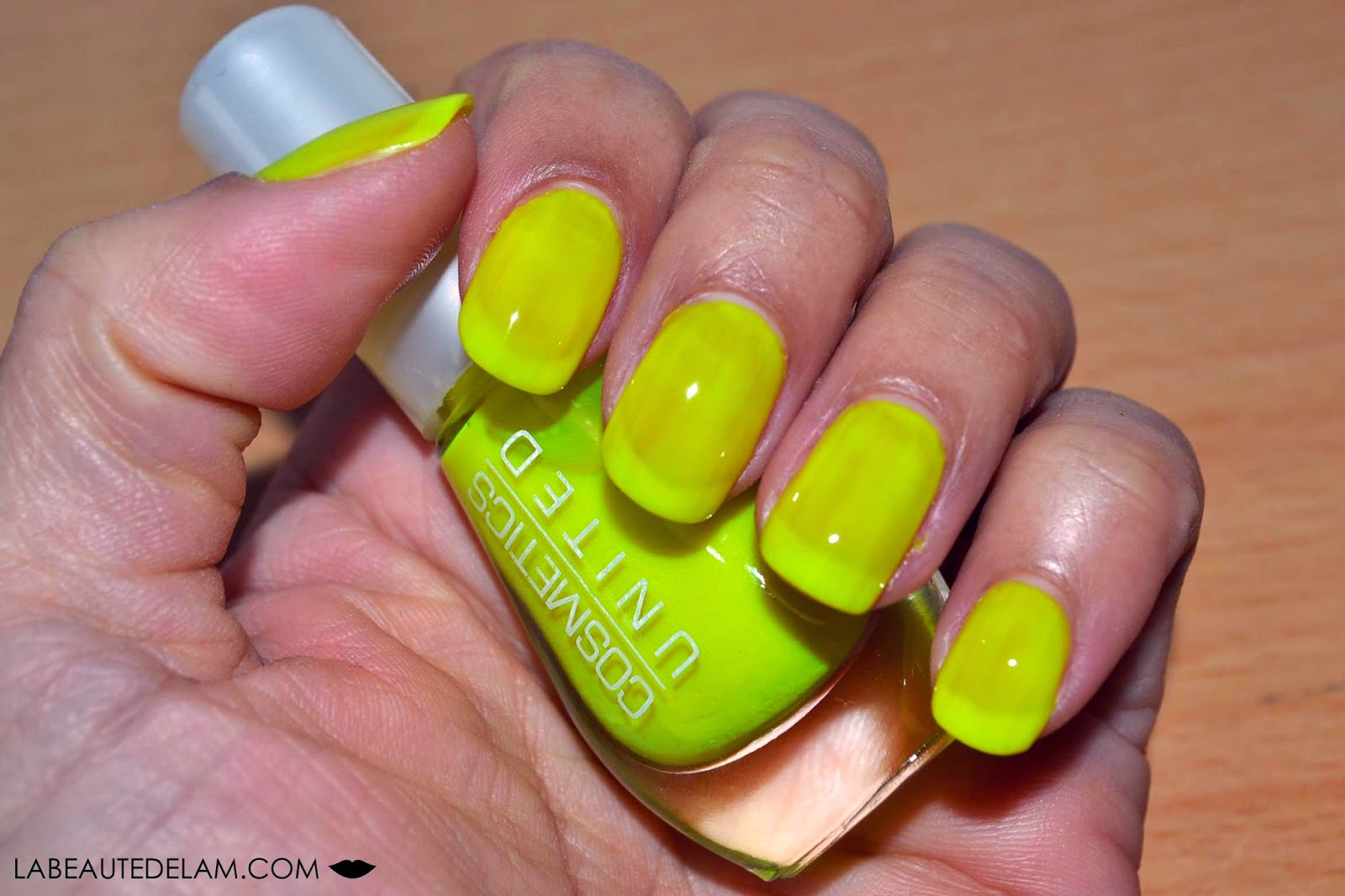 Cosmetics United  des ongles néon fluo !
