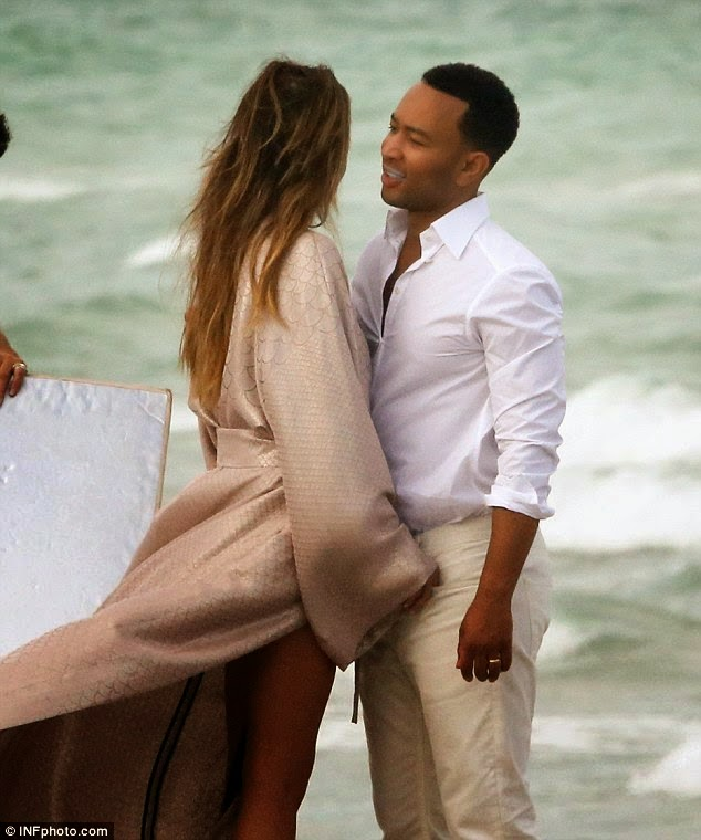 OMG! See Chrissy Teigen fully Naked Body in a beach Photo