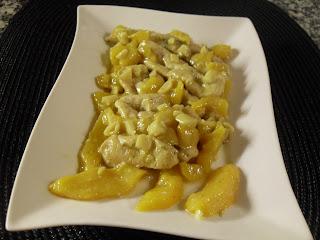 Pechuga de pollo al curry con melocotón.