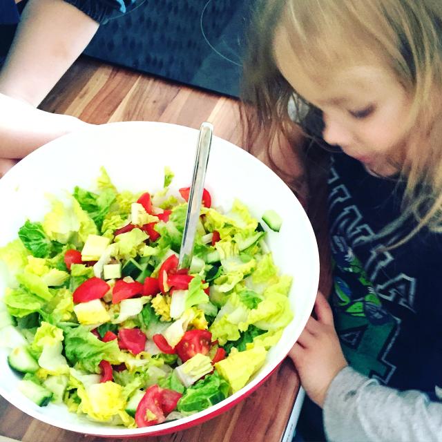 Der Zwuggel hilft beim Salat kochen, während der kleine Bruder Tomaten nascht ^^