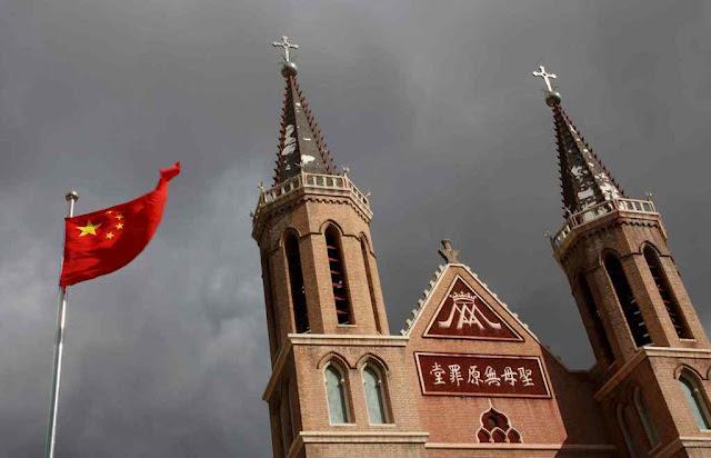 A bandeira comunista deve ondear diante da igreja de Huangtugang, Hebei, que ainda resiste como 'subterrânea'
