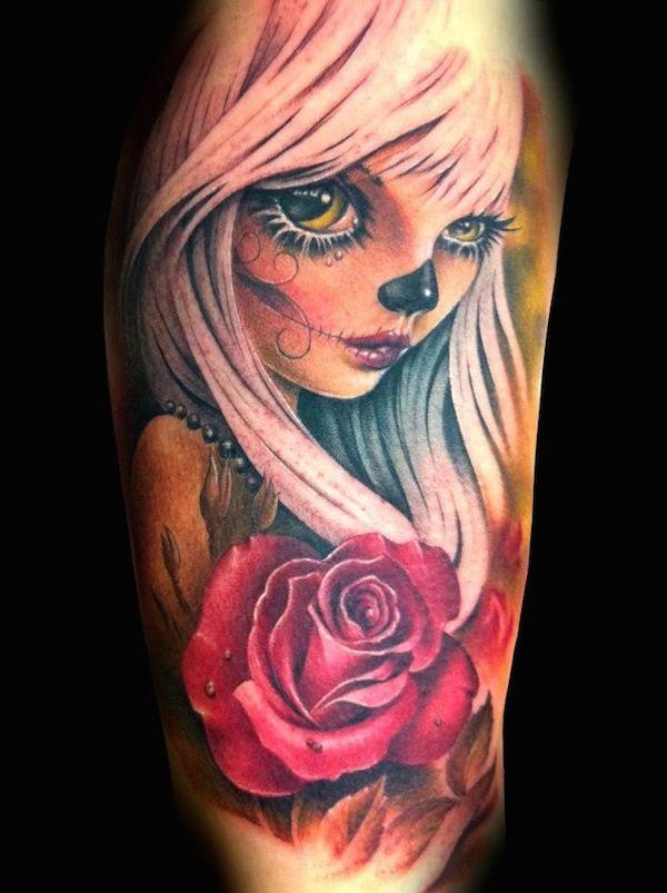 Vemos en el brazo el tatuaje de una catrina estilo cartoon