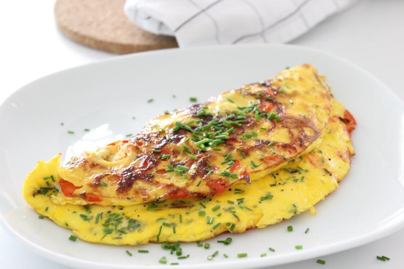 flaumiges Eieromelett mit Kräutern, Eierspeis, Omelett, frische Frühlingskräuter und Gemüse, flaumig und so einfach, lecker, Rezept auf dem Südtiroler Food- und Lifestyleblog kebo homing