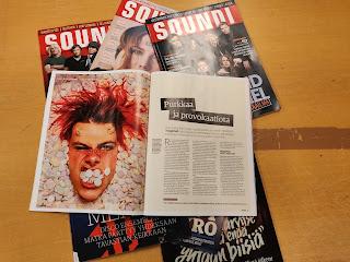pino Soundi-lehtiä levitettynä pöydälle