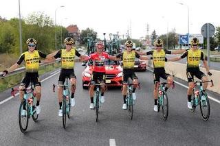 Primoz Roglic festeggia la vittoria della Vuelta 2019 con il Team Bianchi Jumbo-Visma
