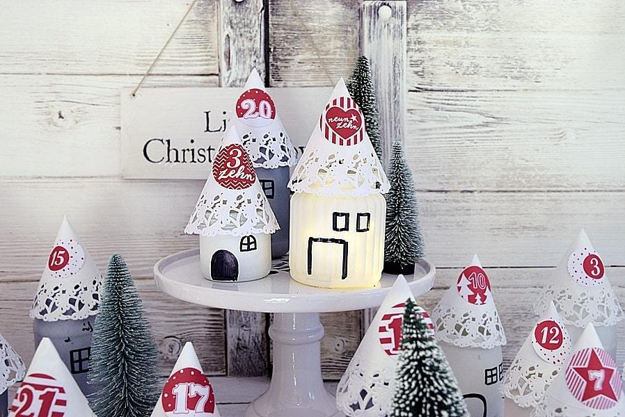 Weihnachtshäuschen aus Marmeladengläsern basteln