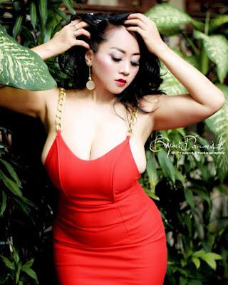 Model Sarah Ardhelia Ferreti pakai Gaun merah