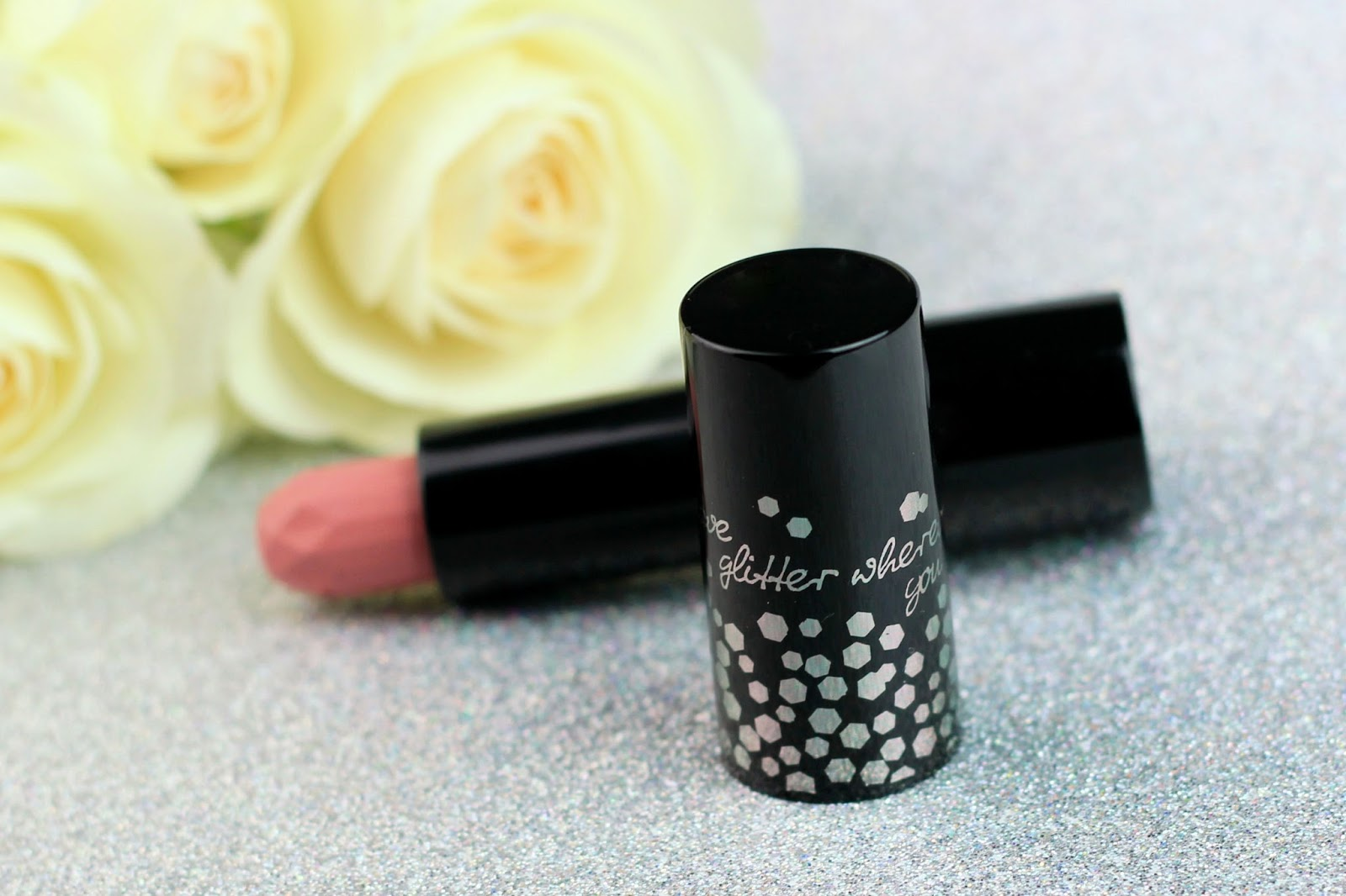blush, essence, eyeliner, glitter in the air, limited edition, lippenstift, metallic eyeshadow, nagellack, nailpolish, review, roségold, shimmer drops, smaragdgrün, swatches, tragebilder, velvet lipstick,