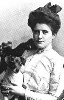 Golfer Beatrix Hoyt with her dog in 1901