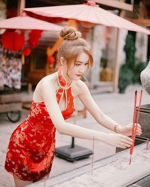Hot girl làm MC truyền hình diện váy sườn xám đi lễ chùa bị chỉ trích quá sexy là ai?