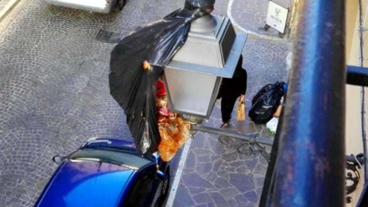 Getta spazzatura dal balcone Polizia
