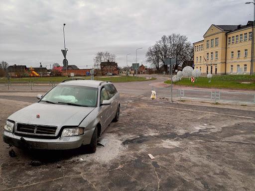 Auto vadītājs avarē rotācijas aplī Daugavpilī 1