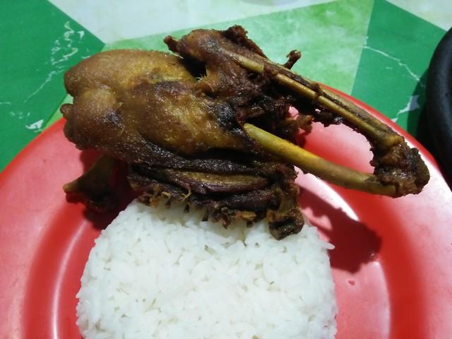 Sajian kuliner bebek goreng di Warung Nggeneng;Warung Nggeneng, Sensasi Kuliner Malam di Jombang;