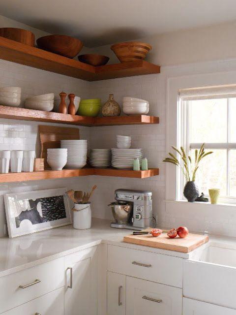Para dar un nuevo aire a tu cocina, sustituye algún armario por una bonita estantería